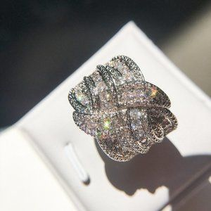 *NEW 18K White Gold Diamond Twisted Knot Ring